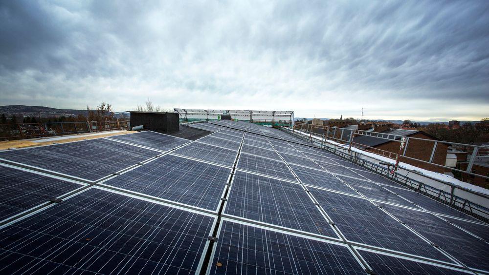 Mandag ble det installert 392 kvadratmeter med solceller på taket av trygdeboligene som rehabiliteres på Tåsen i Oslo.