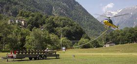 Å fly lavt i hindertette omgivelser er hverdagen for dem som bedriver arbeidsflygning. Her forberedes et sveitsisk AS350 til skogrydding.