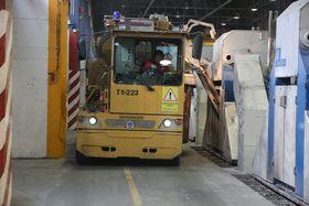 Årdal-test: En spesiallaget vogn tømmer en HAl4e elektrolysecelle for ferdig aluminium. 60 slike celler skal installeres på Karmøy.