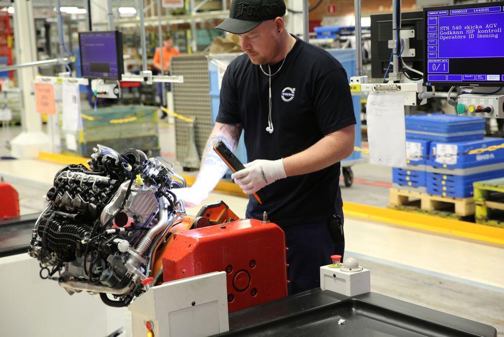 En fagarbeider ved Volvos nye fabrikk i Skovde i Sverige. Mye av arbeidet er nå automatisering, men behovet for fagarbeidere er fortsatt stort.