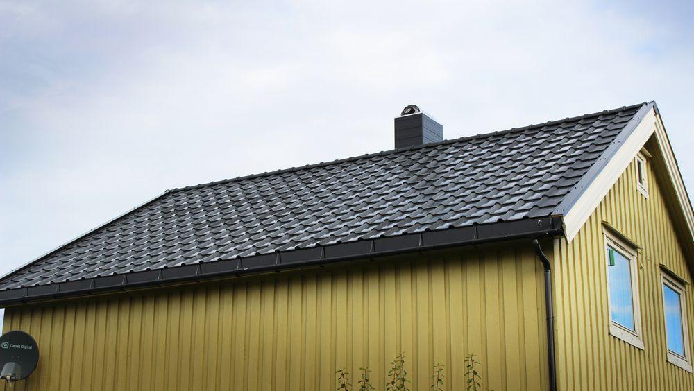 Det kommer stadig nye løsninger for bygningsintegrerte solceller. På dette huset i Trøndelag har taksteinen integrerte solceller.