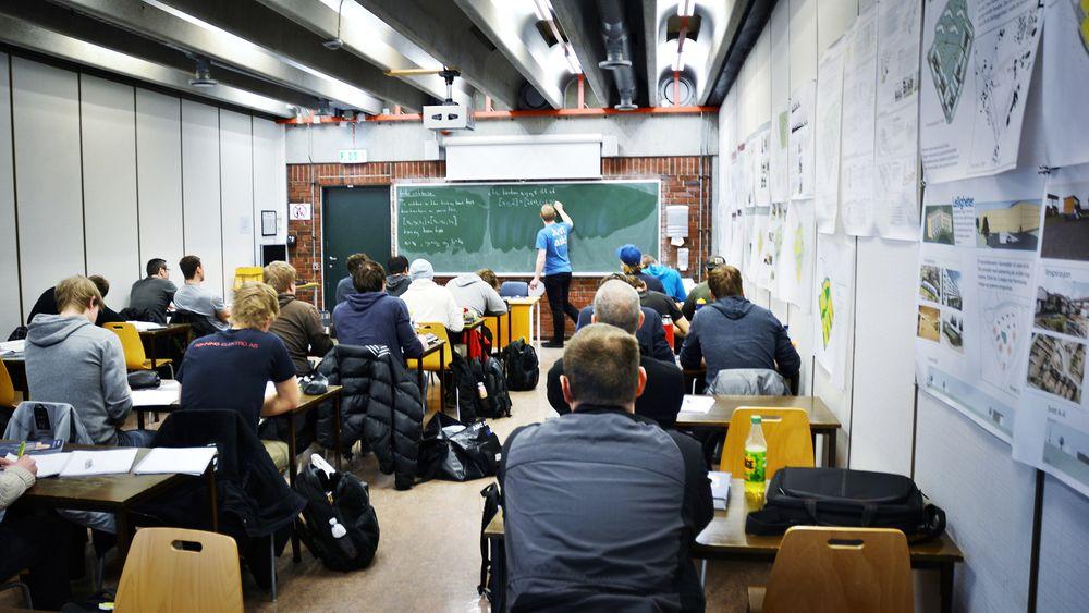 Regjeringen tildeler 350 nye studieplasser i praktisk-pedagogisk utdanning, spesielt rettet mot personer med realfagsbakgrunn. Kriserammede Stavanger får 60 nye plasser og senker opptakskravene, slik at ingeniører lettere skal komme inn på lærerstudiet.