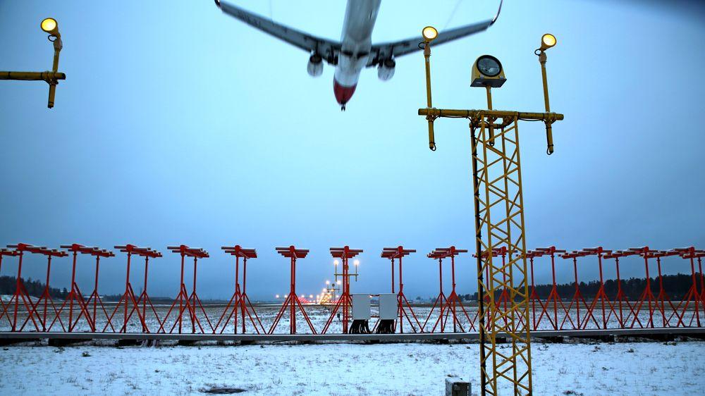 Et Boeing 737-800 fra Norwegian lander på Oslo lufthavn mandag etter sesongens første snøfall. Også våt rullebane kan øke atskillelsen mellom hvert fly som skal lande, fordi økt bremselengde gir lengre opphold på rullebanen. Denne dagen økte den fra 3 via 3,5 til 4 nautiske mil.