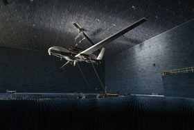 Tritons sensorer testes i et «ekkofritt» rom, et såkalt «anechoic chamber». Vingespennet på dronen er 40 meter, så det er kanskje mer korrekt å benevne dette som en ekkofri hangar.