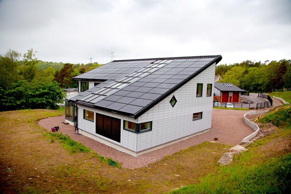Lager utstillingsvindu: Hans-Olof Nilsson bor i Agnesberg utenfor Gøteborg. På dagen driver han et vindkraftselskap. Ellers bruker han all ledig tid på å gjøre det nybyggede huset uavhengig av strømnettet. På taket er 20 m2 kledd med solfangere og solceller (20kW), som styres i retning av solen.