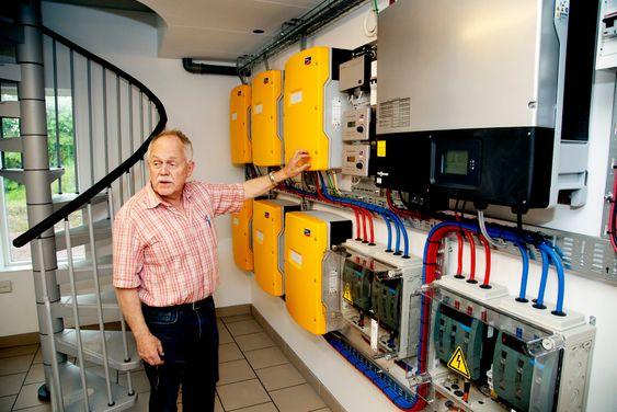 Hans-Olof Nilsson bor i Agnesberg utanför Göteborg. Till vardags driver han ett företag i vindkraftsbranschen. Vid sidan av det ägnar han all ledig tid åt att få det nybyggda huset helt självförsörjande på el.