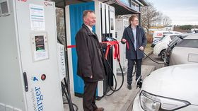 Jorma Autio i Delta Energy Systems og Leif Richard Bones Egge åpnet den første 120 kilowattladeren i landet i Vestby.