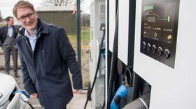 Leif Richard Bones Egge i Arctic Roads viser frem deres første superlader med 120 kW effekt.