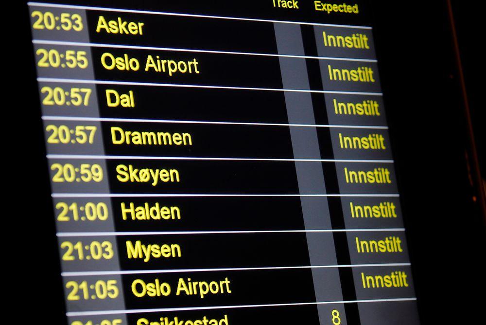 Passasjerene får ikke god nok informasjon om alternativ transport når togene er forsinket, mener Riksrevisjonen.