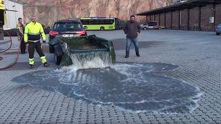 Her sluker parkeringsplassen 1000 liter vann
