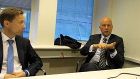 Snakker med veimyndigheter og politiker: Sjefen for Nokian Tyres i Finland, Ari Lehtoranta (t.v.) og Nokians sjef for standarder, regulering og sertifisering, Jarmo Sunnari var i Norge for å informere om viktigheten av å harmonisere nordiske regler for piggdekk.