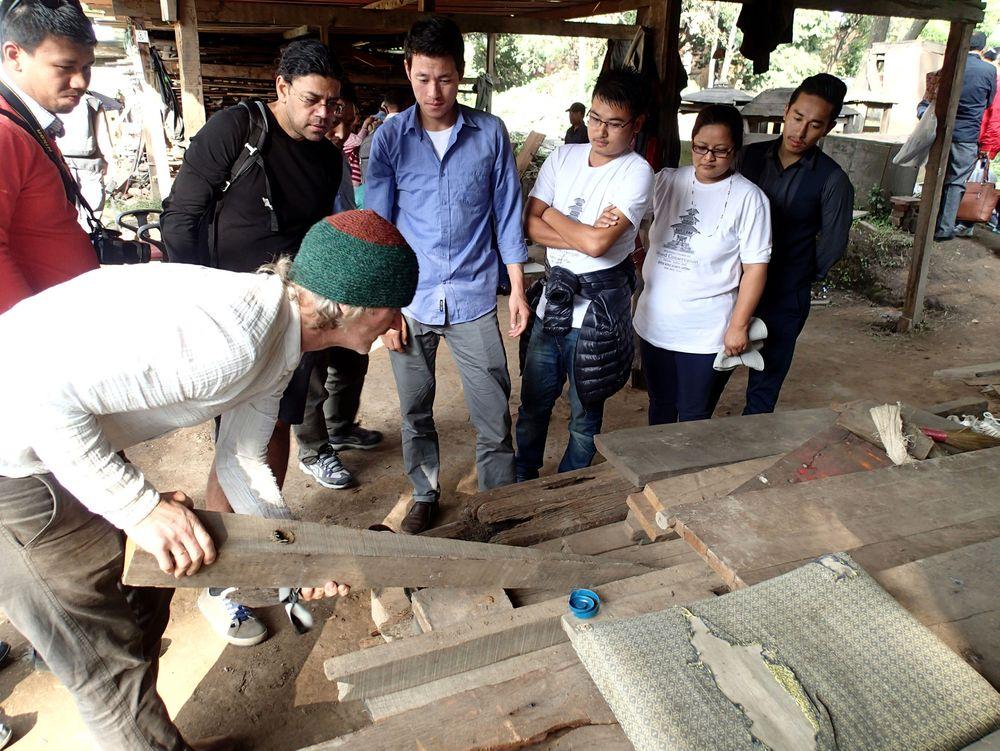 Terje Planke (nærmest) fra Norsk Folkemuseum holder kurs for håndverkere, arkitekter og ingeniører fra Nepal og Bhutan som skal restaurere bl.a. gamle palasser som ble skadet i jorskjelvet som rammet Nepal tidligere i år.