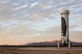 Her står New Shepard-bæreraketten på bakken igjen etter landing.