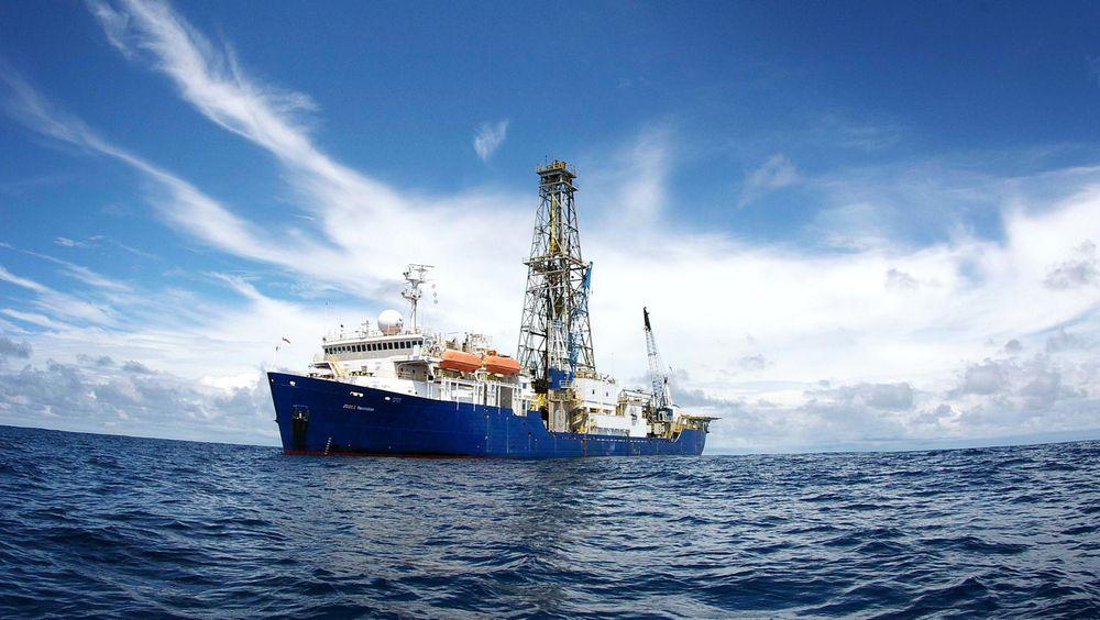 Skipet Joides Resolution setter lørdag kurs mot Atlantis-banken i Det indiske hav. Der skal det først forsøke å nå 1500 meter ned i havbunnen. Til sist er målet å komme 6 kilometer ned.