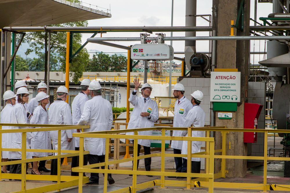 Kongelig: Da kronprins Haakons ledet en næringslivsdelegasjon til oljemessen OTC i Brasil nylig, fikk han en orientering om status for overvåkingsroboten Doris fra prosjektleder Pål Johan From.