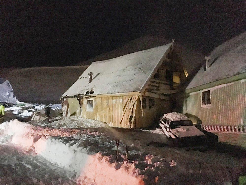 Hus ble flyttet 20 til 40 meter da de ble rammet av snøskred nesten i sentrum av Longyearbyen lørdag.
