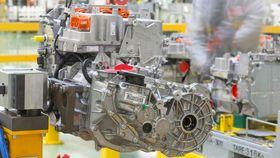 En ferdig produsert Renault R240-motor.