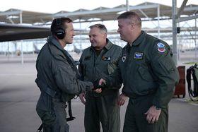 Morten Hanche gratuleres av David Shoemaker, NK i 56th Fighter Wing, og generalinspektør i Luftforsvaret, Per Egil Rygg.