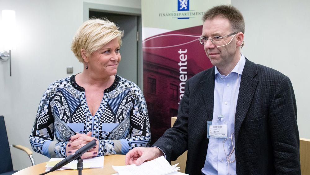 Professor Lars-Erik Borge fra NTNU overleverte onsdag rapporten fra Grønn skattekommisjon, som han har ledet, til finansminister Siv Jensen (Frp).