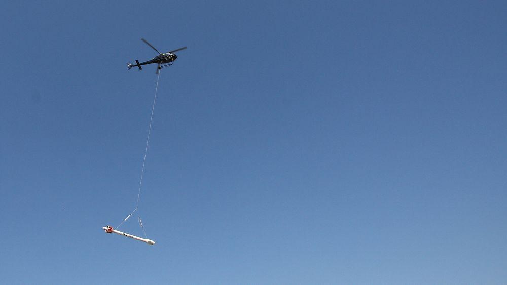 Arkivfoto av flyging med NGUs underhengende sonde.