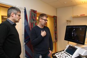Erik Steen og Sevald Berg med Vivid E95 i laboratoriet hvor nye apparater testes ut.