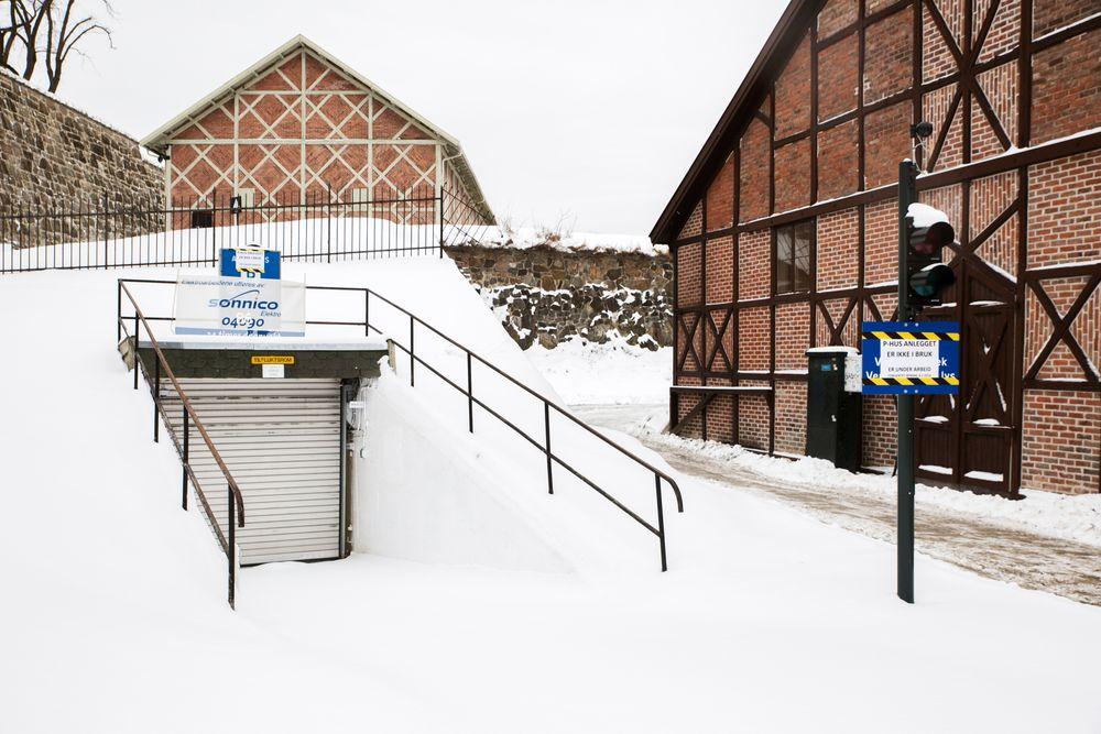 Ladegarasjen under Akershus festning skulle blitt åpnet i desember, men åpner tidligst til påske på grunn av krav til brannsikring.