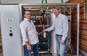 Prototyp: Den første utgaven av  N2 Applieds lysbue maskin fungerer mye bedre enn Birkeland sine gjorde. Den er liten og billig nok nok til at gårsbruk kan invester i den. Fra venstre ingeniør Ferdinand Stempfer, og fra høyre , Rune Ingels i N2 Applied.