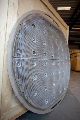 Flere slike membraner settes sammen med gummipakninger i mellom. Antall membraner bestemmer anleggets kapasitet.