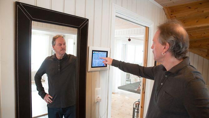 Umoden teknologi: – Mange har spådd at årets julegave i 2015 skulle være hjemmeautomasjon. Det er nok fremdeles litt tidlig, mener Gaute Espeland. Her er en av husets touch-skjermer.
