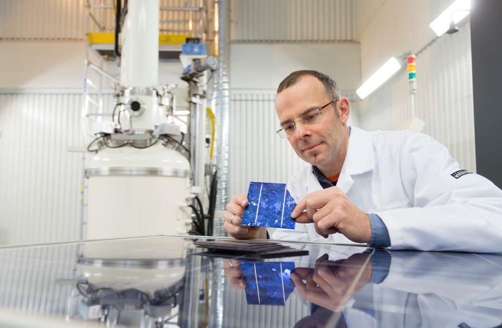 Gjenbruk av solcelle-materialer som normalt ville endt på avfallsdeponier, er et av målene for EU-prosjektet Eco-Solar, som SINTEF-forsker Martin Bellmann koordinerer. Foto: SINTEF/Thor Nielsen