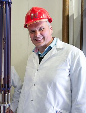 Grunn til å smile: Daglig leder i Thor Energy AS, Øystein Asphjell opplever at testingen av thorium kjernebresel går akkurat som forutsatt.