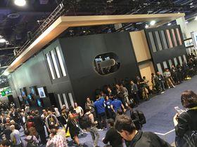 Standen til Oculus var omringet av kø. Hundrevis av håpefulle VR-entusiaster ventet i timevis på å få prøve VR-brillen, som også ble annonsert tilgjengelig for forhåndsbestilling under CES.