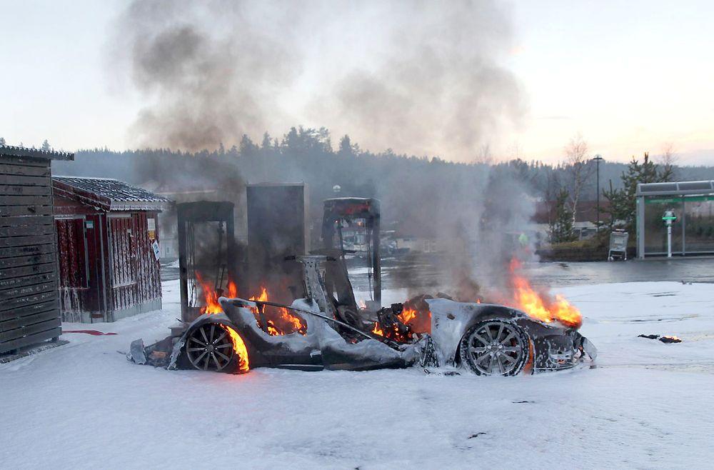 En Tesla Model S 2014-modell ble totalskadd etter at den tok fyr under lading på en hurtigladestasjon på Brokelandsheia i Gjerstad kommune i Aust-Agder fredag.