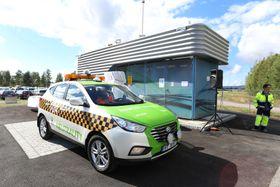 En av rundt 30 norskregistrerte Hyundai ix35 FCEV brukes av lufthavnsbetjentene i Airport Patrol på Oslo lufthavn. Her ved Hyops hydrogenstasjon som ligger på langtidsparkeringsplassen P5.
