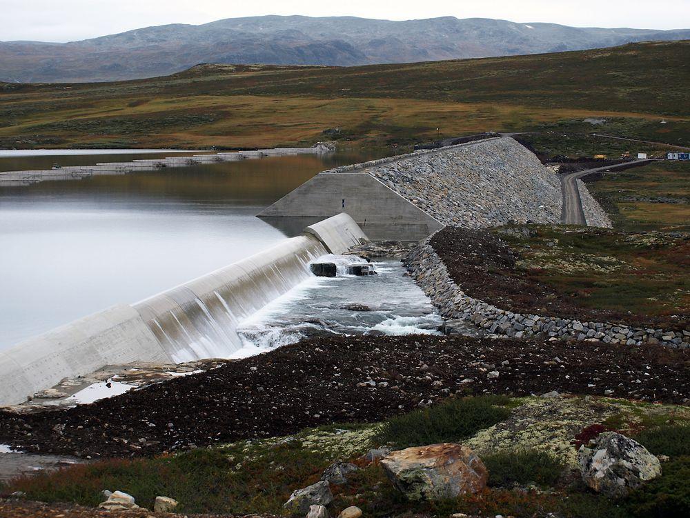 Myndighetene bør ta initiativ til en storstilt utbygging av elver og bekker for å hindre flom og øke tilgangen på fornybar energi, skriver sivilingeniør Stein Håvard Stokkebø.
