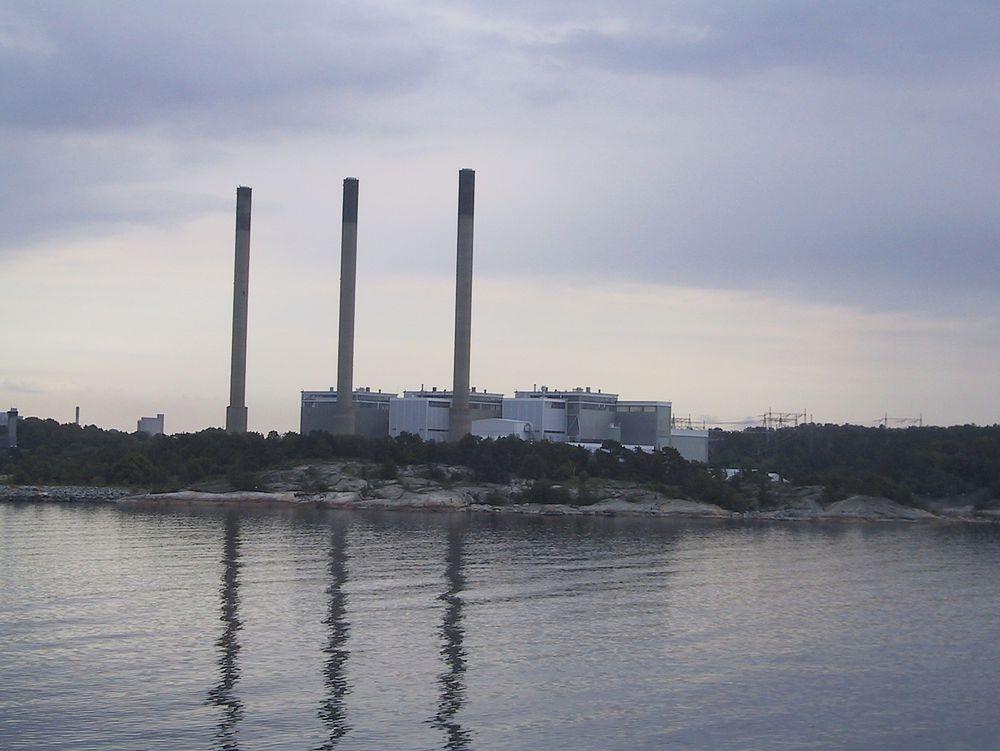 Eons oljekraftverk i Karslhamn er en del av Svenska kraftnäts effektreserve. Det står stille mesteparten av året, og produserer kun i i anstrengte kraftsituasjoner.