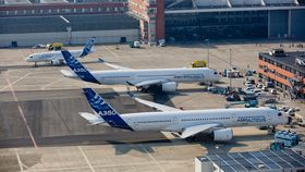 Den første A320 Neo sammen med to A350-storesøstre på Airbus-anlegget i Toulouse-Blagnac.