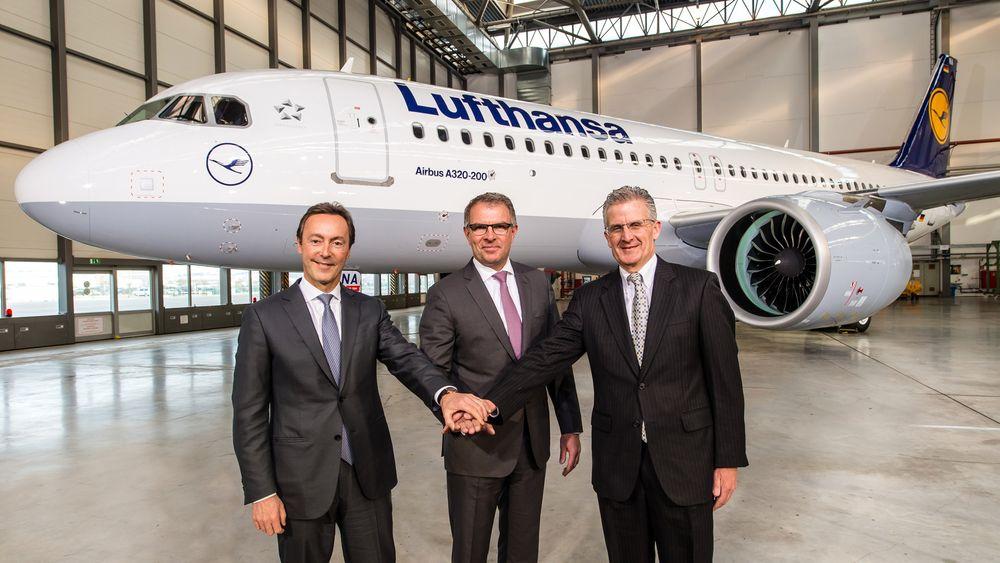 Airbus-sjef Fabrice Brégier (fra venstre), Lufthansa-sjef Carsten Spohr og Pratt & Whitney-sjef Robert Leduc under overrekkelsen av det første A320 Neo-flyet onsdag.