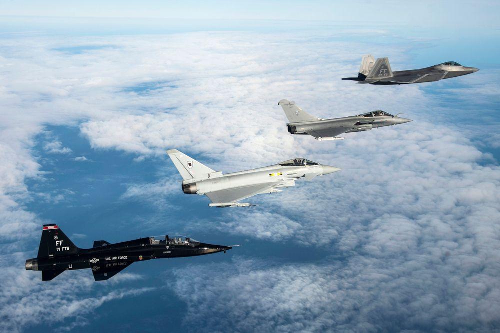 Dassault Rafale (nr 2) og Eurofighter Typhoon (nr 3) er to mulige erstattere for F-18 i Finland. Det er ikke F-22 Raptor (nr 1) eller treningsflyet T-38 Talon. Bildet er fra en øvelse i desember der Frankrike, Storbritannia og USA trente på felles luftoperasjoner.