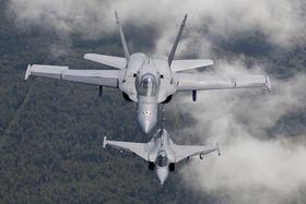 Et finsk F-18C Hornet sammen med et svensk Jas-39 Gripen (nederst). Sistnevnte i den kommende E/F-versjonen er en av kandidatene til å erstatte Hornet i Finland om ni år.