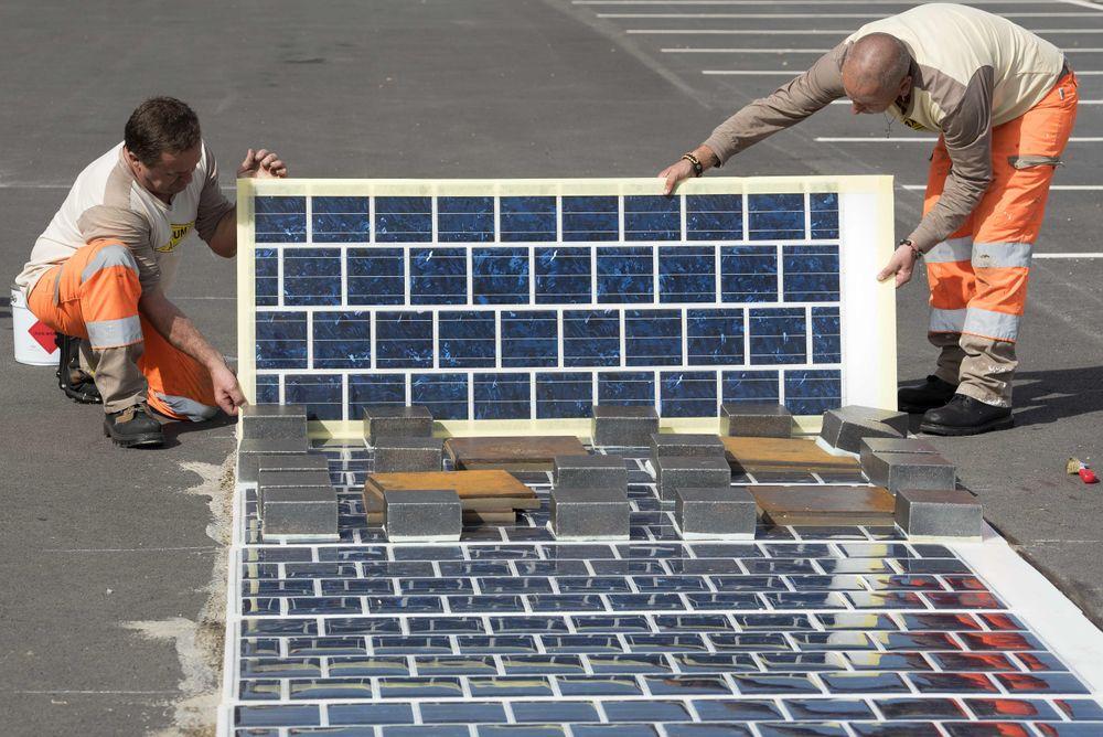 """Wattways solceller produserer elektrisitet ved hjelp av en tynnfilm av polykrystallinsk silisium, bare 7 millimeter tykk. Tynnfilmen """"limes"""" på eksisterende vei, som ikke trenger å bygges om, ifølge selskapet."""