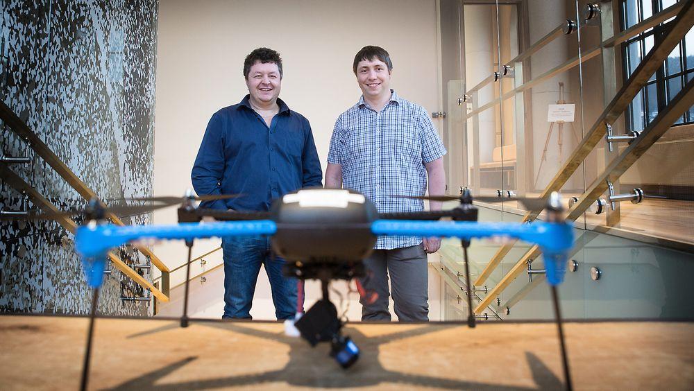 DRONER: Morten Raustein og Håvard Mjøen er klare til å ta imot droneingeniør-studentene til høsten. Foto: Eirik Helland Urke