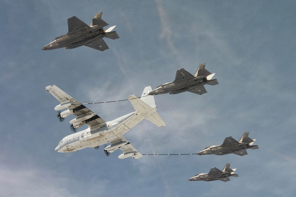 Ett britisk F-35B og tre F-35B fra US Marine Corps fyller drivstoff fra en KC-130J