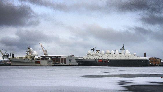 To generasjoner etterretningsfartøy: Marjata III fra 1995 og Marjata IV som skal i operativ tjeneste i år.  Her ligger de til kai ved det gamle marineverftet i Horten. Bildet er tatt onsdag 7. januar.
