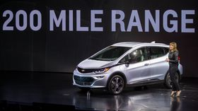 GM-sjef Mary Barra presenterte Chevrolet Bolt på CES i Las Vegas onsdag.