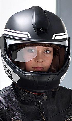 En hjelm som viser informasjon på en gjennomsiktig skjerm skal hjelpe føreren med å holde fokus på veien.