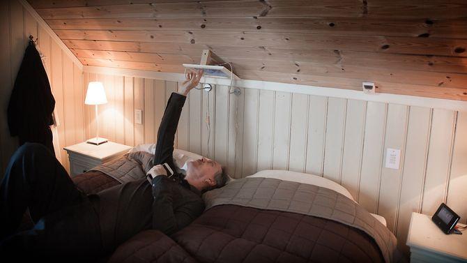 Gaute Espeland kan sette på kaffetrakteren, åpne soveromsvinduet og styre alle husets funksjoner fra Ipaden over senga.