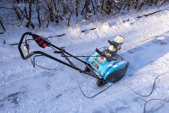 Snøfreser på 230 volt: Clas Ohlson selger denne langt billigere snøfreseren på nettdrift. Den var hakket sterkere enn Ryobien, men falt dessverre igjennom i sammenlikningen. Ikke minst fordi det å trekke med seg en kuldestiv kabel i i snøen er veldig upraktisk