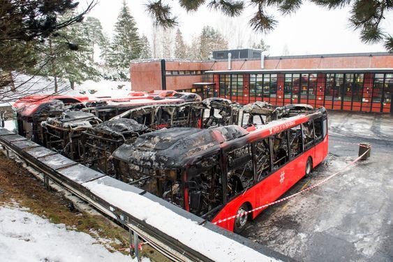 Bekkestua  20160125.Fire hybridbusser ble totalskadet i brann på Furubakken natt til mandag. Foto: Fredrik Varfjell / NTB scanpix