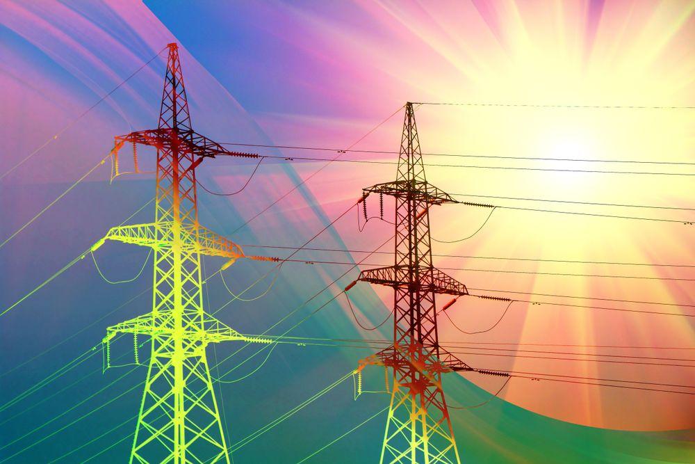 Høyspentmaster i solnedgang - industrien bruker mer strøm enn nødvendig, viser en undersøkelse gjennomført av Siemens.